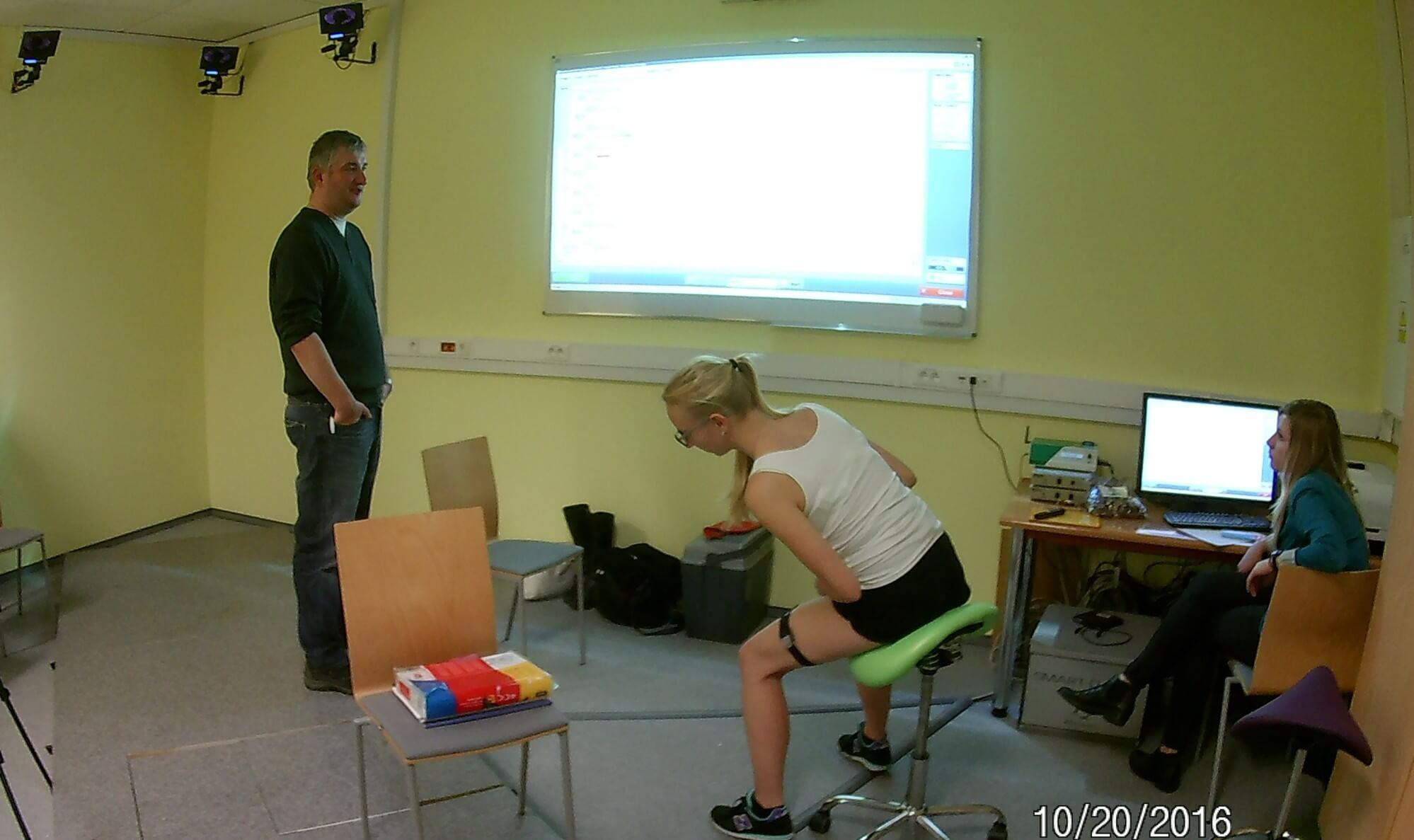 Ergonomia pracy siedzącej - wychylenia na boki
